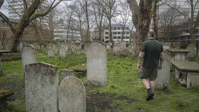 Bunhill Fields, Middle Enclosure with park attendant – image by Jwslubbock CC BY-SA 4.0